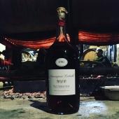   REPOST ↪️  . Une fois n'est pas coutume, on repost la publication de @cheribibibiarritz et leur joli texte, merci Fanny et François ☺️   Armagnac on fire, armagnac for ever!   Connaissez-vous le château Laballe et la famille Laudet à Parleboscq, réputés depuis 1820 pour leurs vins et surtout leurs armagnacs d'une élégance rare? Il faut le voir pour le croire et... pour le boire! D'abord, il y a ces drôles de cépages, des baco et des folle blanche à perte de vue, des ugni blanc centenaires, gros comme des individus. Ensuite, il y a ce chai embrumé par les restes de la distillation, d'où les jus de raisin fermentés en cuve partent vers le vieil alambic. A part ce super assemblage de chardonnay et de gros manseng, trouble, vibrant, le blanc de Laballe 2020 sans sulfite ajouté, rebaptisé La La Landes et mis en bouteille au printemps! Enfin, il y a cet alambic magnifique de 1947, littéralement en feu d'où s'écoule la blanche, l'eau de vie pure qui prendra sa couleur ambrée une fois en fût. L'armagnac est doucement en train de se faire, de manière séculaire avec cette flamme perpétuelle qui brûle pendant 10 jours d'affilée et qu'il faut sans cesse alimenter! L'occasion pour Julie et Cyril Laudet, qui représentent la 8ème génération, d'accueillir leurs amis autour de l'alambic pour partager une côte de bœuf à la braise et des bons canons dans la joie et la bonne humeur. Sentir aussi cette atmosphère particulière, la beauté des choses ancrées et la force tranquille d'un Cyril Laudet qui prend son destin à bras le corps, comme un enraciné des temps modernes... Bravo mon gars!