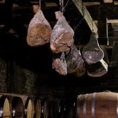 | El jamón 😋 ||  Dans notre chai, quelques jambons sont suspendus au dessus des barriques. Ils seront parfumés grâce aux effluves incroyables d'Armagnac 🤩  Avouez-le ! Ça donne l'eau à la bouche non?  L'origine des jambons : Gilles Pecastaing - Éleveur de Prince noir de Biscay - @pepper_le_biscay 💪🏼   📸 @bennie.std  #chateaulaballe #armagnacisback #armagnac #armagnaclaballe #laballe #eaudevie #resistance #exode #moments #ugniblanc #baco #folle #spirits #parleboscq #wine #winelovers #gascogne #gascon #vigne #vine #vineyard #history #story #leslandes #landes #basarmagnac #princenoirdebiscay