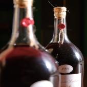 | Les vieux ⏳ ||  Nous vous présentons souvent les petits derniers arrivés chez nous ... Cependant, n'oublions pas nos somptueux millésimes qui n'ont rien à envier aux jeunes.  Une bouteille élancée, une étiquette épurée, une sensibilité sensorielle à découvrir à la dégustation et le tout dans un joli coffret 🙌🏼  Vous laisserez vous tenter ? 😏  📸 @bennie.std  #chateaulaballe #armagnacisback #armagnac #armagnaclaballe #laballe #eaudevie #resistance #exode #moments #ugniblanc #baco #folle #spirits #parleboscq #wine #winelovers #gascogne #gascon #vigne #vine #vineyard #history #story #leslandes #landes #basarmagnac
